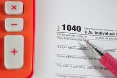 US-Steuerformular 1040 auf Tabelle Stockfotografie