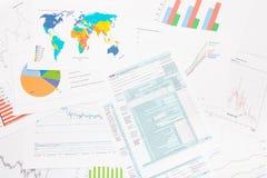 1040 US-Steuerformular mit Finanzdiagrammen auf Tabelle Stockfoto