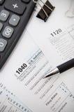 US-Steuerformular 1040 mit Stift und Taschenrechner Lizenzfreie Stockbilder