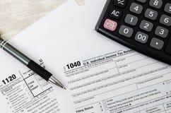 US-Steuerformular 1040 mit Stift und Taschenrechner Lizenzfreies Stockfoto