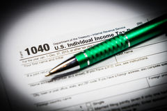 US-Steuerformular 1040 mit Stift und Taschenrechner Steuerformular-Gesetzesdokument, Stockbild