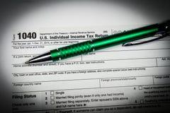 US-Steuerformular 1040 mit Stift und Taschenrechner Steuerformular-Gesetzesdokument, Stockfoto