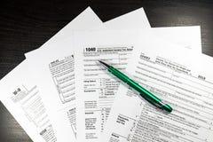 US-Steuerformular 1040 mit Stift und Taschenrechner Steuerformular-Gesetzesdokument, Stockfotografie