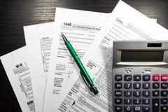 US-Steuerformular 1040 mit Stift und Taschenrechner Steuerformular-Gesetzesdokument, Stockbilder