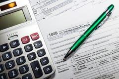 US-Steuerformular 1040 mit Stift und Taschenrechner Steuerformular-Gesetzesdokument Stockfotos