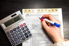 US-Steuerformular 1040 mit Stift und Taschenrechner Steuerformular-Gesetzesdokument Stockbilder