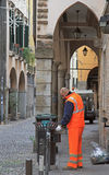 Usługowy pracownik zbiera grat Fotografia Royalty Free