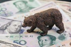 US und China-Handelskonflikt- und -tarifauswirkung zum Baissemarkt, Preissturz Konzept im auf Lager, B?rnzahl, die auf Stapel von lizenzfreie stockbilder