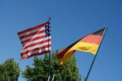 US und deutsche Markierungsfahnen Stockfotografie
