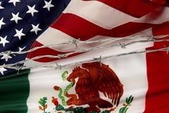 US und mexikanische Markierungsfahnen getrennt durch Stacheldraht Lizenzfreies Stockfoto