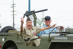 US-Veterane im Militärfahrzeug stockfotografie