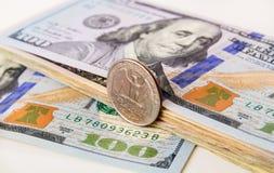 US-Währung mit ein viertel Münze Stockbild