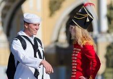 USA żeglarz spotyka Rosyjskiej młodej kobiety Obrazy Stock