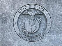USA żołnierze piechoty morskiej Rzeźbili loga przy pomnikiem Południowa Karolina weterani Stany Zjednoczone siły zbrojne obraz royalty free
