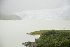 USA Alaska - Mendenhall glaciär och sjö Arkivbild