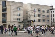 USA ambasada, na której Szczycą się flaga zrozumienia berlin Germany Obrazy Stock