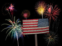 USA-amerikanische Flagge und -Feuerwerke für Juli 4. Lizenzfreie Stockfotografie