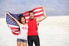 USA-Athletenleute, die das Zujubeln der amerikanischen Flagge halten Stockfoto
