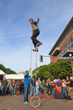 USA, AZ/Tempe Dosięgać wierzchołek 12 ft cykl - Unicyclist Jamey Mossengren (2) - zdjęcia royalty free