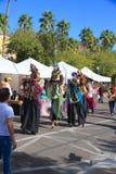 USA, AZ/Tempe: Festival-Entertainer - Stelzen-Wanderer in den Vogel-Kostümen Stockbild