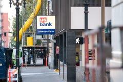 USA-bankdrev upp tecken för ATM-gataneon arkivbild