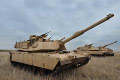 USA-behållare Abrams A1M1 i militär polygon i övningsplatinalodjuret Arkivfoton