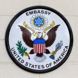USA-Botschaftszeichen auf einem Zaun in der Straße Die Botschaft ist auf drahtloser Straße im Herzen von Bangkok, Thailand Lizenzfreies Stockbild