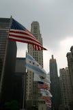 USA-Chicago-Illinois Markierungsfahnen mit Wolkenkratzern Lizenzfreie Stockbilder