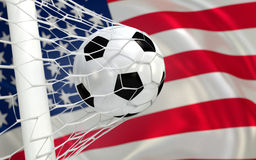 USA, die Flagge und Fußball im Zielnetz wellenartig bewegen Stockfotos