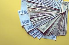 USA dolarów banknoty tekstura i turecczyzna pieniądze na żółtym tle zdjęcie stock