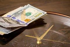 USA dolarów kłamstwo na dużym zegarze Czas zarabiać pieniądze Czas jest money_ zdjęcie stock