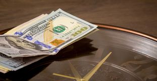 USA dolarów kłamstwo na dużym zegarze Czas zarabiać pieniądze Czas jest money_ zdjęcia royalty free