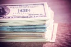 USA dolary wewnątrz spieniężają wewnątrz drewnianego biurko fotografia royalty free