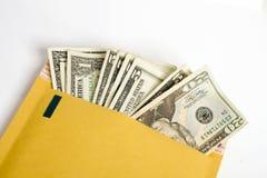 USA-Dollar in einem manilla aufgefüllten Umschlag Stockbilder