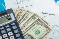 USA-Dollargeldbanknoten, -stift und -taschenrechner Stockfotos