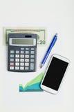 USA-Dollargeldbanknoten, -taschenrechner und -Handy Stockbilder