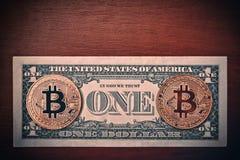 USA dollarräkning och Bitcoin på den bruna wood tabellen för euroutbyte för härlig valuta 3d dimensionellt diagram illustration t royaltyfri foto