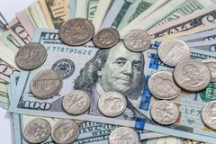 USA-dollarräkningar och mynt Arkivfoto