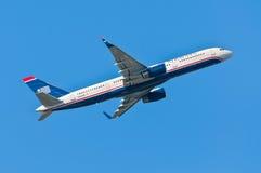 USA drogi oddechowe Boeing 757-200 biorą daleko od Cyril E Królewiątka lotnisko, Obrazy Stock