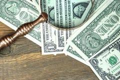 USA en dollar räkningar under förstoringsglascloseupen Arkivbild