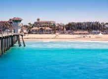 USA för Huntington Beachbränningstad pir med livräddaretornet Arkivbild