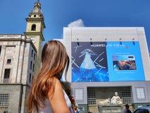USA förbud HUAWEI - enorma Huawei som annonserar affischtavlan på skärmcentrum arkivbilder