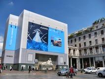 USA f?rbud HUAWEI - enorma Huawei som annonserar affischtavlan p? sk?rmcentrum royaltyfri fotografi