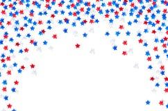 USA-Feierkonfetti spielt in den nationalen Farben das Blau die Hauptrolle, Rot und Weiß für Unabhängigkeitstag lokalisiert auf we Stockfoto