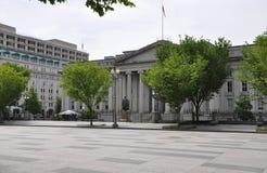 USA-finansdepartementetbyggnad med Albert Gallatin Statue från Washington District av Columbia USA Arkivbild
