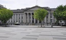 USA-finansdepartementetbyggnad med Albert Gallatin Statue från Washington District av Columbia USA Royaltyfri Fotografi