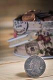 USA-fjärdedelmynt framme av myntbesparingasken Fotografering för Bildbyråer