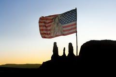 USA flaga Indiański szef dmucha przed Trzy siostrami przy Pomnikową doliną zdjęcia royalty free