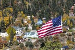 USA flaga lata nad miasteczkiem Ouray, Kolorado Fotografia Stock