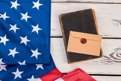 USA flaga, stara książka i koperta, Fotografia Royalty Free